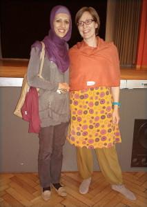 Nuran Serifi (Schiitin, li) und Mariann Halasy-Nagy Luratni (Sunnitin) leiteten am Begegnungstag für Frauen verschiedener religiöser Traditionen einen Workshop. (Foto: Esther Gisler Fischer)