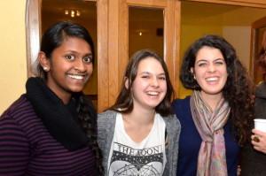 Für Schweizer Jugendliche ist Religionsvielfalt Alltag. Junge Frauen bei einem interreligiösen Treffen in der Moschee in Emmenbrücke. (Foto: Benno Bühlmann