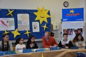 Unicef-Botschafter und Moderator Kurt Aeschbacher mit Kindern der Klasse 4 (Fotos: Unicef/Buffat