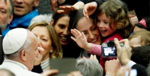 Papst Franziskus liebt das Bad in der Menge. Die Menschen liebt er auch - selbst wenn sie nicht nach strengen katholischen Regeln leben. (Foto: pa/AP/Riccardo De Luca)