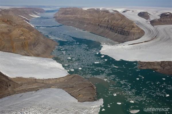 Das Schmelzen des arktischen Eises lässt den Meeresspiegel ansteigen. Zwei Gletscher in Nordgrönland. (Bild: Greenpeace)